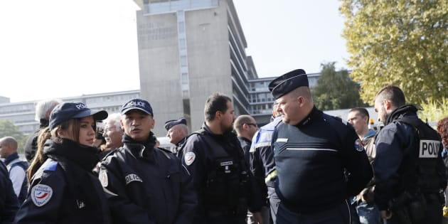 Des officiers de police se rassemblent lors d'une manifestation devant la préfecture de police à Evry, le 11 octobre, après l'attaque de quatre policiers le 8 octobre à Viry-Chatillon.