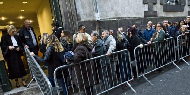Le public fait la queue à l'entrée du tribunal de Riom près de Clermont-Ferrand, le 17 novembre 2016, pour assister au procès de Cécile Bourgeon et de son ex-compagnon Berkane Makhlouf, dans l'affaire de la mort de Fiona, 5 ans.