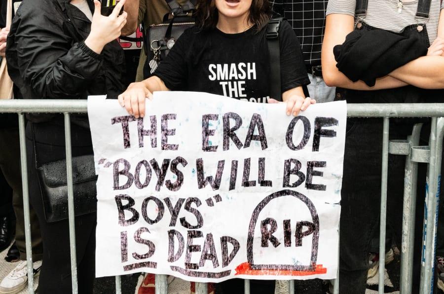 """""""A era dos 'garotos são assim mesmo' será morta"""", diz cartaz de manifestante nos Estados Unidos."""
