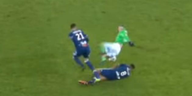 Corentin Tolisso tacle Fabien Lemoine lors du derby entre l'AS Saint-Etienne et l'Olympique Lyonnais ce dimanche 5 février