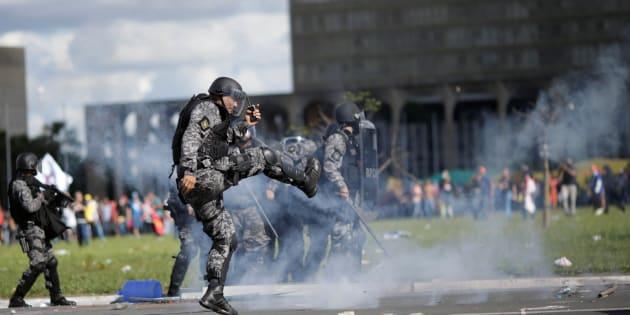 Manifestação contra presidente Michel Temer acaba em confronto com feridos em Brasília.