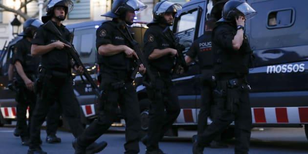 L'intervention policière, peu de temps après l'attentat à Barcelone.