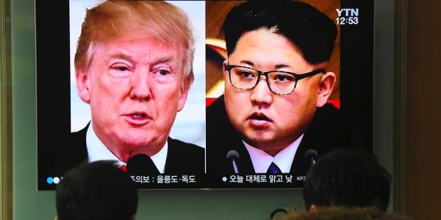 La gente mira un informe de televisión que muestra las fotos del presidente de Estados Unidos, Donald Trump, y el líder norcoreano, Kim Jong Un, en una estación de tren en Seúl el 9 de marzo de 2018, un día después de anunciarse la reunión histórica entre ambos.