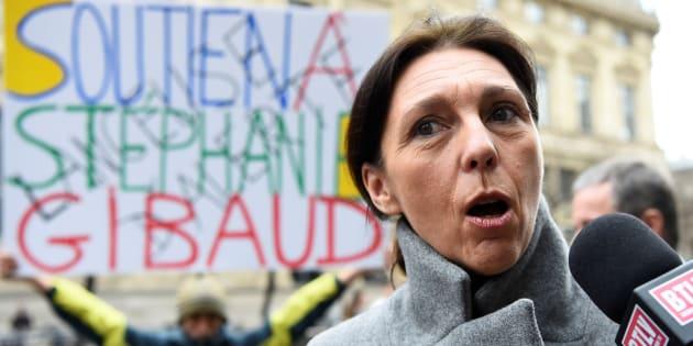 """La lanceuse d'alerte Stéphanie Gibaud, ex-employée de la banque UBS, répond aux journalistes avant la tenue de son procès le 2 février 2017 à Paris. UBS l'accuse de """"diffamation"""" pour son livre, """"La femme qui en savait vraiment trop"""", décrivant des pratiques d'évasion fiscale de la banque."""