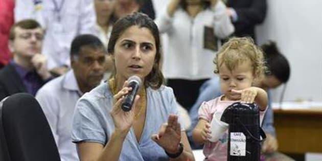 Manuela D'Ávila é deputada e mãe da pequena Laura.