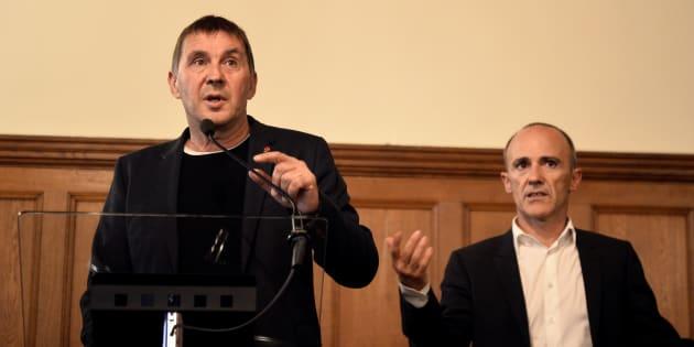Arnaldo Otegi, líder de EH Bildu, junto al exeurodiputado Josu Juaristi en Donostia en 2017.