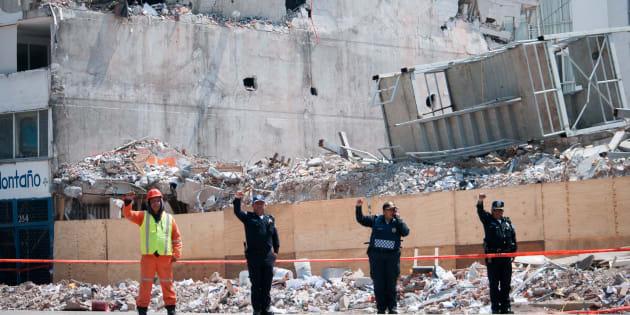 Tras cumplirse un mes del sismo, un grupo de personas que trabajaba en el edificio que colapsó sobre Álvaro Obregón 286, se reunió en dicho lugar para guardar silencio y levantar el puño un par de minutos, el 19 de octubre de 2017.