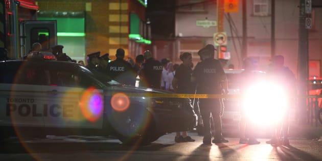 Oficiales atienden la escena de un tiroteo masivo en Toronto el 22 de julio.