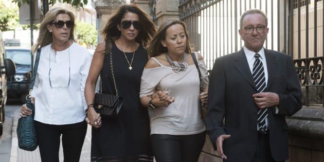 Gema Gámez (segunda por la izquierda), la viuda del expresidente de Caja Madrid Miguel Blesa, a su llegada esta tarde a la parroquia de Linares donde se ha oficiado el funeral.