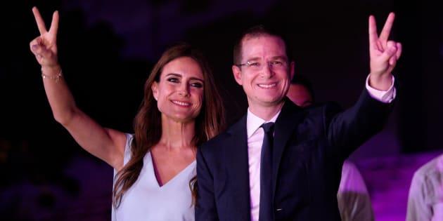 Ricardo Anaya y su esposa, Carolina Martínez, en el tercer debate presidencial en Mérida, Yucatán.