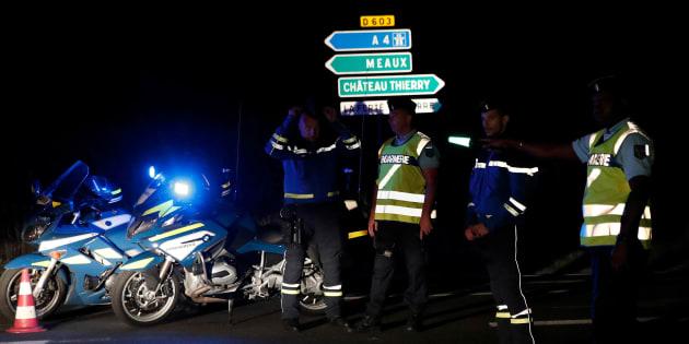Des gendarmes près de la scène du drame dans une pizzeria de Sept-Sorts, le 14 août 2017.