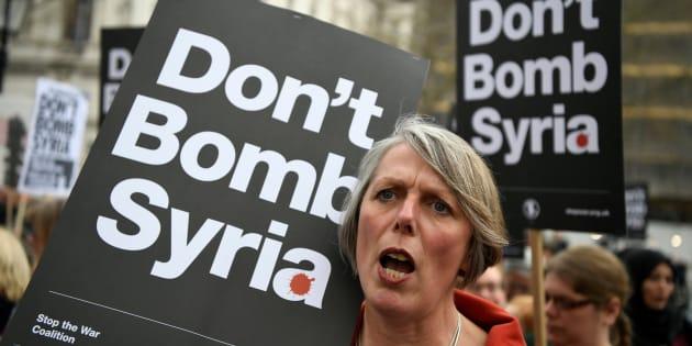 Cientos de manifestantes protestan contra una posible represalia militar en Siria en el centro de Londres (Reino Unido), este viernes.