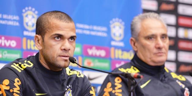 Tite perdeu Daniel Alves e terá que escolher um novo capitão para a Copa da Rússia.