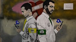 Salvini e Di Maio di spalle, imbronciati, con un cuore incerottato a fargli da