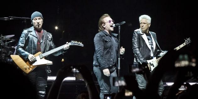 The Edge, Bono et Adam Clayton lors du concert du 31 août à Berlin. Le chanteur de U2 a subi une extinction de voix le lendemain, sur la même scène.