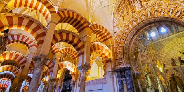 L'intérieur de la cathédrale Mezquita, anciennement la Grande Mosquée de Cordoue, en Andalousie.
