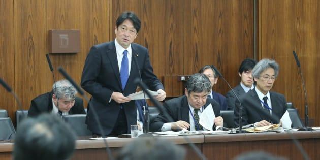 参議院外交防衛委員会で答弁する小野寺五典防衛相(中央左)=12日、国会内
