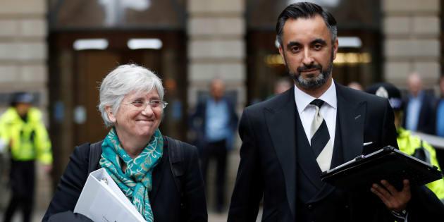 La ex consellera Clara Ponsati y su abogado, Aamer Anwar, abandonan los juzgados de Edimburgo, el pasado 12 de abril.