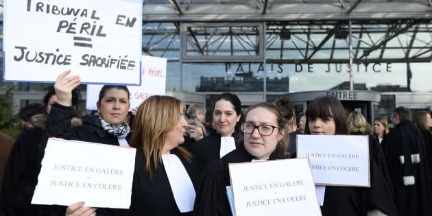 Des magistrats de Seine-Saint-Denis manifestent devant le tribunal de Bobigny pour dénoncer le manque de moyens de la justice, le 15 février 2016.