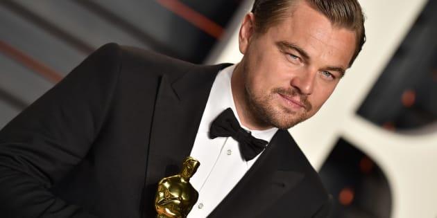 Leonardo DiCaprio e sua comentada estatueta de Melhor Ator pelo papel em 'O Regressso' (2015).
