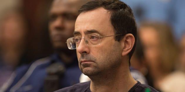 Larry Nassar escucha a la juez durante su proceso judicial por abusos sexuales en Lansing, Michigan (EEUU), el pasado 24 de enero.