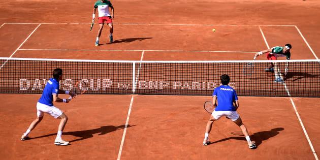Nicolas Mahut et Pierre-Hugues Herbert affrontant Fabio Fognini et Simone Bolelli en Coupe Davis à Gênes le 7 avril 2018.
