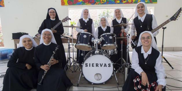 Provenant de sept pays différents (Chili, Chine, Costa Rica, Équateur, Japon, Pérou et les Philippines), les membres de Siervas ont formé le groupe en 2014.