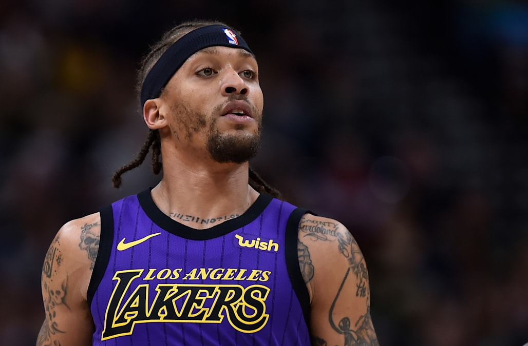 new concept 021f6 1f4d8 Michael Beasley checks into Lakers game wearing practice ...