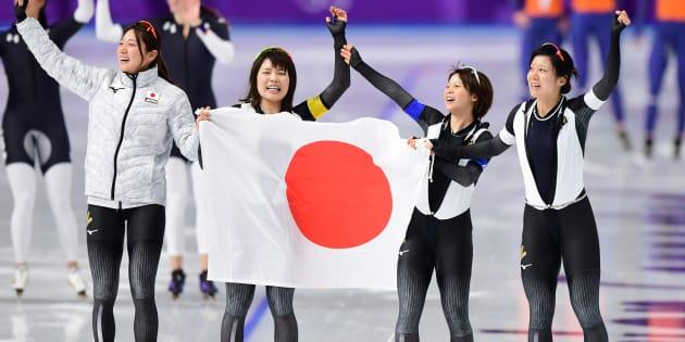 優勝を喜ぶスピードスケートの女子団体パシュートの日本チーム