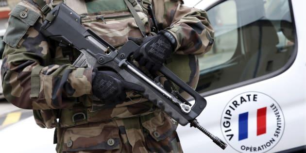 Un légionnaire déployé dans le cadre de l'opération Sentinelle à Paris en janvier 2016.