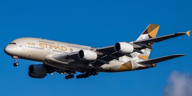 Un Airbus A380 atterrissant à l'aéroport d'Heathrow à Londres.