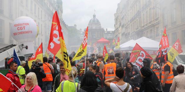 Des manifestants protestant contre le projet de réforme de la SNCF devant le Palais du Luxembourg où siège le Sénat.