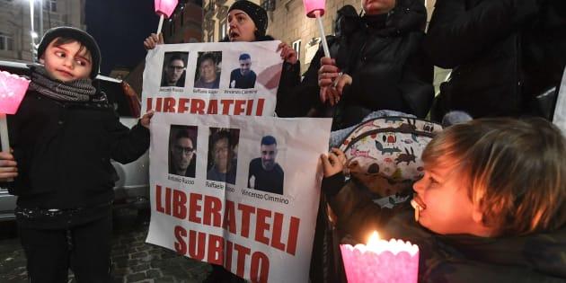 Procesión y por las calles de Nápoles, familiares y amigos pidiendo la liberación de Raffaele Russo, de 60 años, de su hijo Antonio, de 25 años, y su sobrino Vincenzo Cimmino, de 29, todos napolitanos y desaparecidos el 31 de enero en la región de Jalisco, en Mexico.