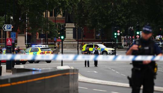 Une voiture fonce sur les barrières du Parlement à Londres, un homme soupçonné