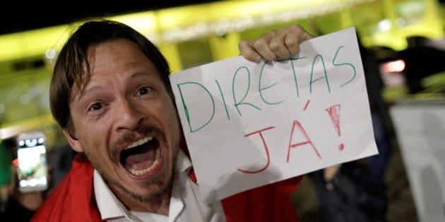Manifestante pede eleições diretas em frente ao Palácio do Planalto.