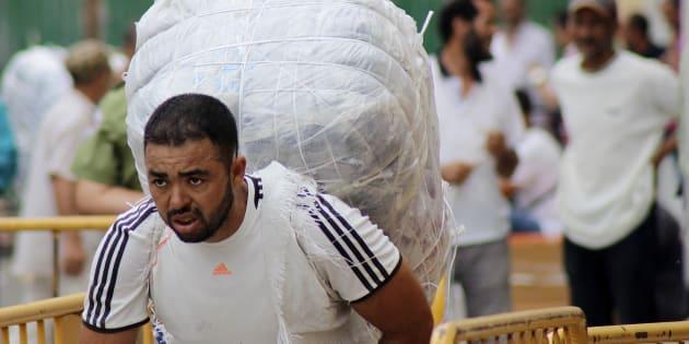 Un hombre cruza el paso de Ceuta cargado de mercancías, esta mañana.