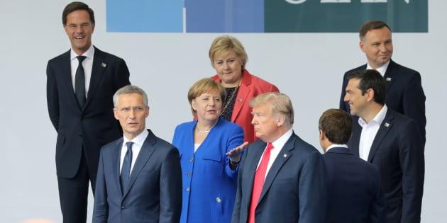 Donald Trump avec Angela Merkel, Emmanuel Macron et le chef de l'Otan lors du sommet du 12 juillet 2018.