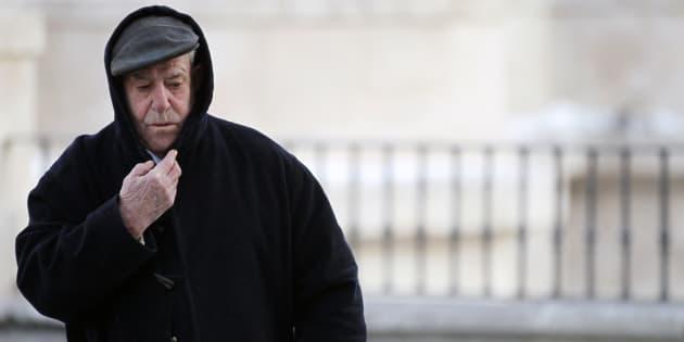 Un señor se abriga ante el frío de Burgos, en una imagen de archivo.