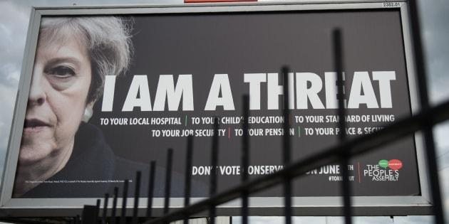 """""""Je suis une menace"""", peut-on lire sur ce panneau d'affichage de Manchester, appelant à ne pas voter pour les conservateurs aux législatives du 8 juin."""