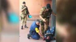 Un normale controllo? Due militari fermano con forza un sospetto all'uscita della metro di Roma. Trenta: