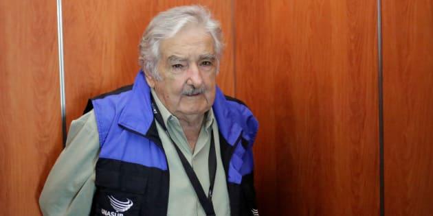 El ex presidente de Uruguay José Mujica es visto luego de un encuentro con delegados de la Unión de Naciones Suramericanas (UNASUR), que observan el proceso electoral de Ecuador, y miembros del Consejo Nacional Electoral (CNE) de Ecuador.