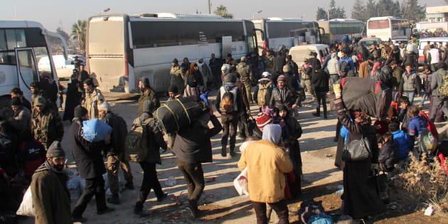 Des Syriens, évacués des quartiers rebelles d'Alep, arrivent le 19 décembre dans le quartier de Khan al-Assal, contrôlé par l'opposition.