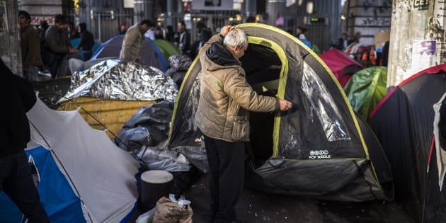 """Migrants: le Défenseur des droits Jacques Toubon s'alarme des conditions de vie """"inacceptables"""" dans un nouveau camp à Paris"""