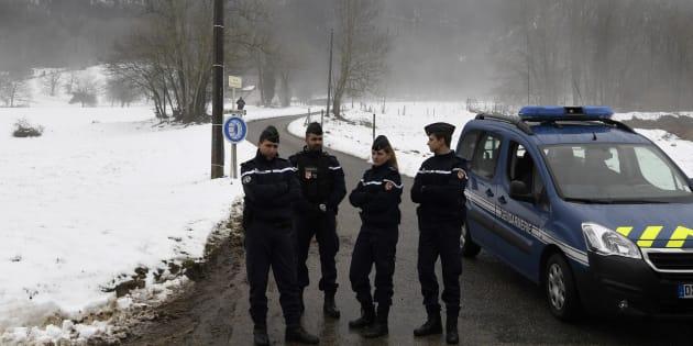 Des gendarmes sur les lieux des recherches du corps de Maëlys, le 15 février à Attignat-Oncin en Savoie.