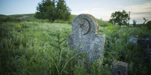 Une pierre tombale musulmane dans un cimetière abandonné.