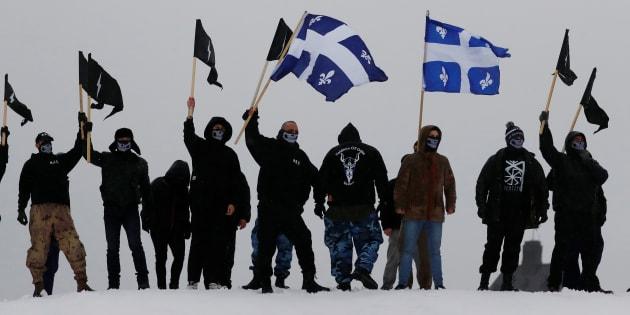 Des manifestants des groupes d'extrême droite d'Atalante et des Soldats d'Odin manifestent sur les rempart de Québec lors d'un rassemblement organisé par La Meute et Storm Alliance à Québec, le 25 novembre 2017.