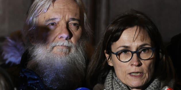 Didier et Cécile Noyer, les parents d'Arthur Noyer (ici en décembre devant le palais de justice de Chambéry), lancent un appel déchirant à Nordahl Lelandais.