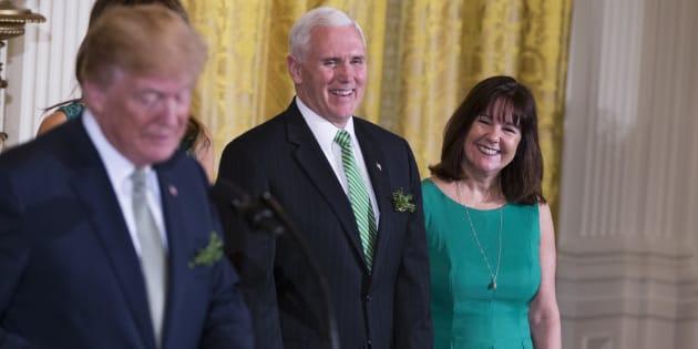 Karen Pence, ici avec Donald Trump et Mike Pence le 15 mars à la Maison Blanche, a intègré une école qui interdit élèves et personnes LGBT.