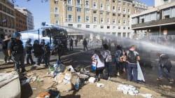 Lanciò una bombola di gas contro gli agenti a piazza Indipendenza: