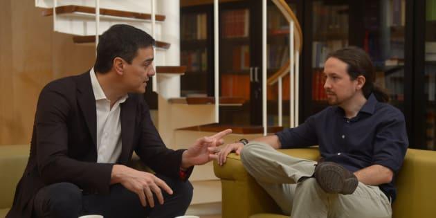 Pedro Sánchez y Pablo Iglesias durante una reunión en el Congreso en 2016.